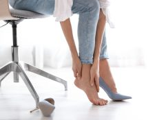 En realidad, ningún calzado debería molestarnos y lo más común es tener dolo en los pies. Al sentir dolor en la espalda, es importante chequearse con un médico y dejar de usar los zapatos que nos causan molestias. (Foto Prensa Libre: Servicios).