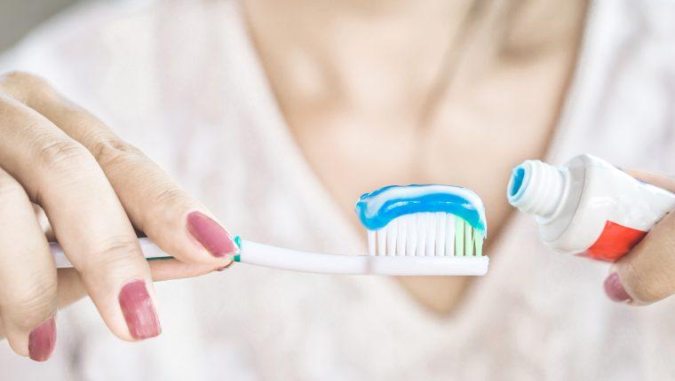 En las pastas dentales, el sello de aprobación de la Asociación Dental Americana (ADA, por sus siglas en inglés) es una forma de saber que se trata de un producto efectivo y seguro. (Foto Prensa Libre: Servicios)