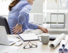 Aunque es más frecuente en personas mayores, la ciática es un padecimiento que puede darse en jóvenes a raíz de malos hábitos como cargar objetos pesados y flexionar la espalda para agacharse. (Foto Prensa Libre: Servicios).