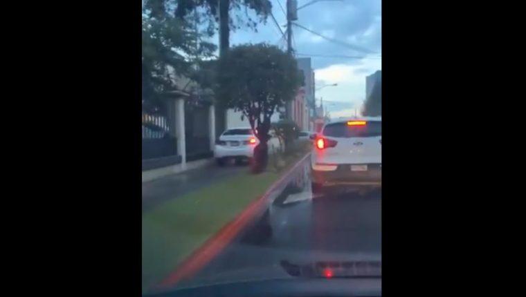 El responsable se expone a multas por haber invadido espacio para peatones.