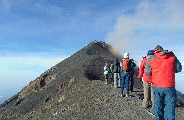 ¿Qué debo hacer si me pierdo en un volcán o una montaña?