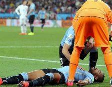 Álvaro Pereira sufrió una conmoción en el juego ante Inglaterra en el Mundial de Brasil. (Foto Prensa Libre: EFE)