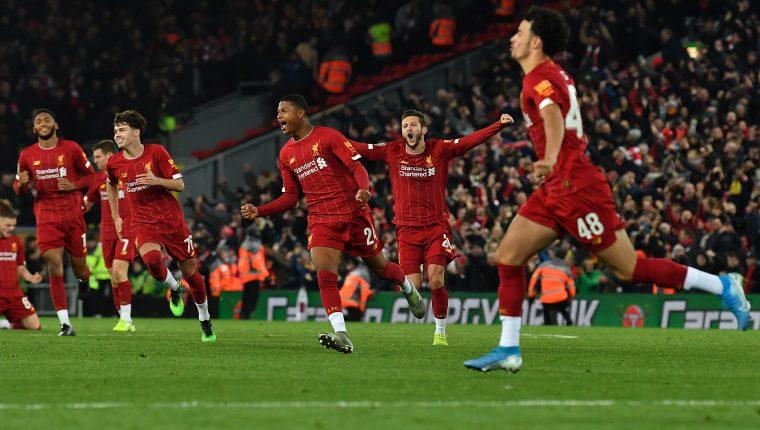 Los jugadores del Liverpool celebran después de ganar en la tanda de penaltis el partido de la Copa de la Liga Inglesa contra el Arsenal.  (Foto Prensa Libre: AFP)