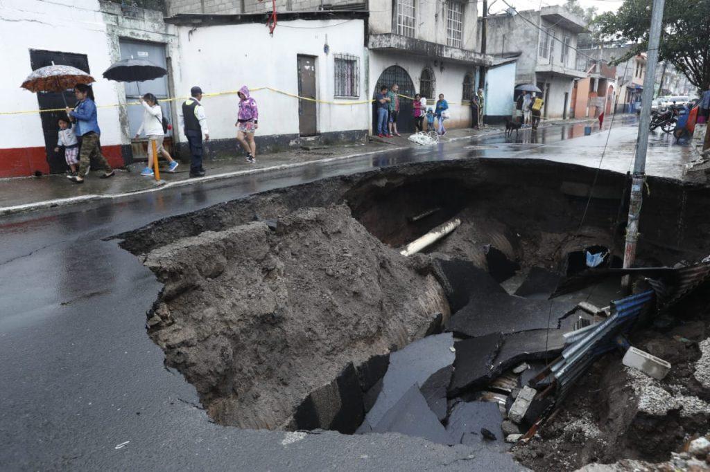 Este hundimiento se registro en la avenida Pablo VI por lo que el área se encuentra totalmente cerrada. (Foto Prensa Libre: Esbin García)