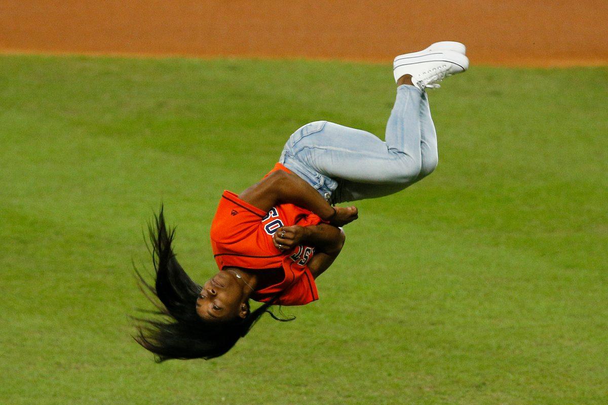 Simone Biles sorprendió con salto mortal en el saque de honor del juego dos de la Serie Mundial