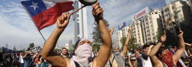 Las protestas en Chile comenzaron con la decisión del gobierno de subir el coste del pasaje de metro. GETTY IMAGES