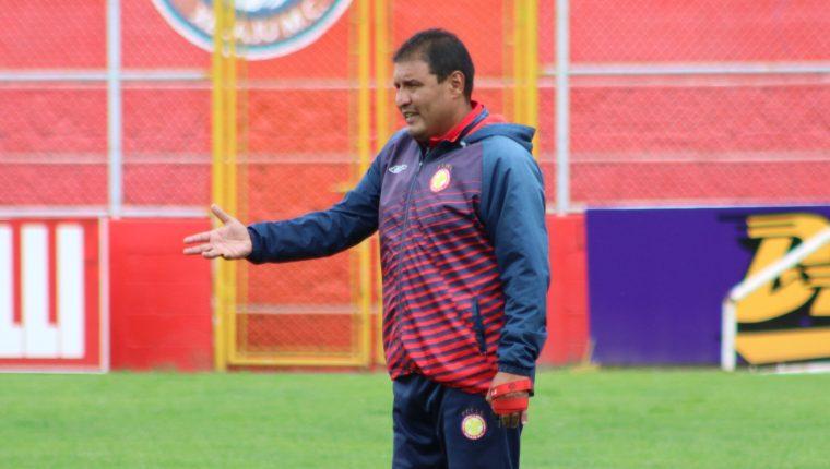 El técnico de Xelajú, Walter Horacio Gozález, busca meter de nuevo a los chivos en zona de clasificación. (Foto Prensa Libre: Raúl Juárez)