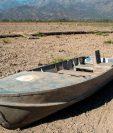 Un bote abandonado en la Laguna Aculeo, a unos 70 kilómetros al sur de Santiago. Este lugar, que por décadas fue una importante atracción turística, hoy es uno de los símbolos de la sequía. GETTY IMAGES