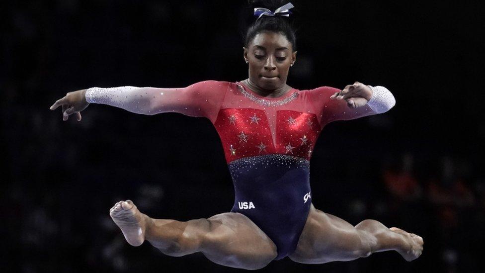 Simone Biles: por qué los jueces no le dan a la gimnasta estadounidense la máxima puntuación en los ejercicios más complicados