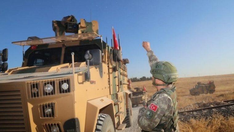 Fuerzas turcas fueron vistas cerca de la ciudad de Tal Abyad, en camino hacia el sitio de la ofensiva.