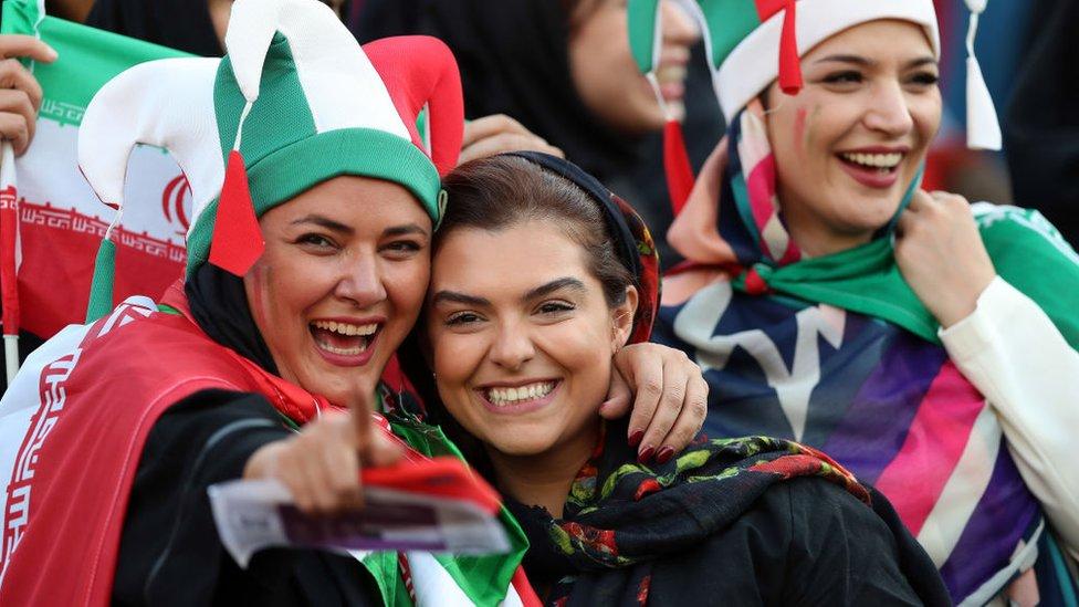 """¿Avance social o """"truco publicitario""""?: Irán permite que miles de mujeres asistan a su primer partido de fútbol en 40 años"""