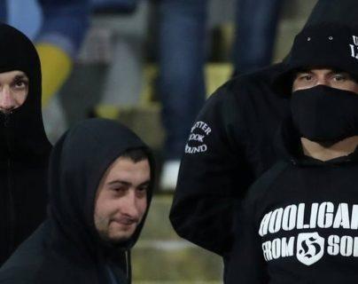 Un grupo de hinchas de Bulgaria profirió insultos racistas a los jugadores de Inglaterra, lo cual llevó a la interrupción del juego.