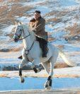 Kim Jong-un monta un caballo blanco en el monte Paektu cubierto de nieve,