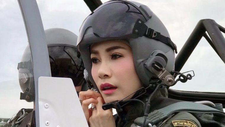 Sineenat Wongvajirapakdi, quien tiene instrucción de piloto, fue nombrada html5-dom-document-internal-entity1-quot-endconsorte realhtml5-dom-document-internal-entity1-quot-end del rey de Tailandia el pasado julio.