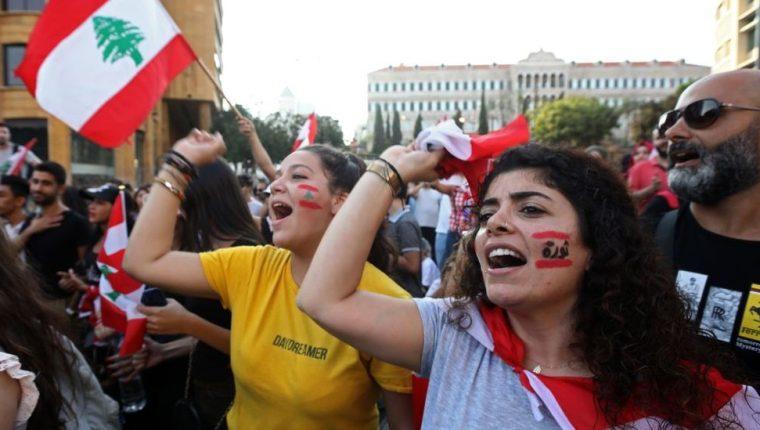 Decenas de miles de personas participan en protestas masivas en Líbano desde el pasado jueves.