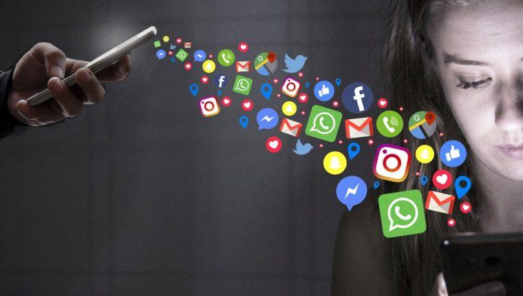 El stalkerware permite a los usuarios ver los mensajes y correos electrónicos de otra persona e incluso acceder a su cámara. GETTY IMAGES