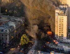 Un gran incendio en el centro de Chile opacó el día de protestas.