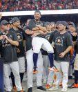 José Altuve , de los Astros de Houston, es felicitado tras brillar en  la victoria contra los Yanquis. (Foto Prensa Libre: AFP).