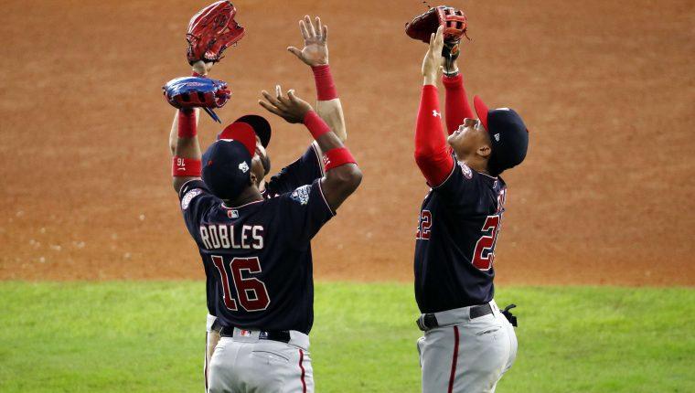 Los jugadores de los Nacionales celebran el triunfo contra los Astros en el sexto partido por el título. (Foto Prensa Libre: AFP).