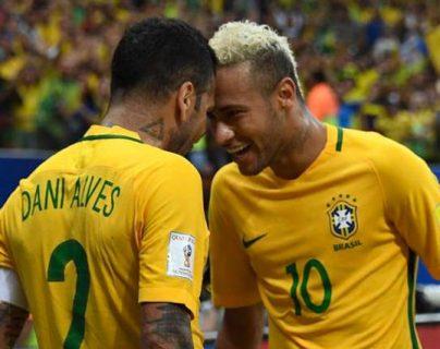 Dani Alves y Neymar son muy amigos, pero el defensa le aconseja aveces para que mejore como futbolista. (Foto Prensa Libre: Hemeroteca PL)