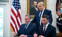 Washington (United States), 26/07/2019.- US President Donald J. Trump (C) looks on as Acting Homeland Security Secretary Kevin McAleenan (R) and Guatemalan interior minister Enrique Degenhart (L) sign a deal to limit asylum claims from Guatemala in the Oval Office of the White House in Washington, DC, USA, 26 July 2019. After the signing, the president spoke about Mueller's testimony before Congress, taxing French wine, and the North Korean missile launch, among other issues. (Estados Unidos) EFE/EPA/JIM LO SCALZO