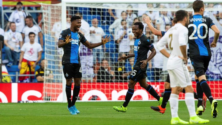 El delantero nigeriano del Club Brujas Emmanuel Dennis (i) celebra su gol frente al Real Madrid. (Foto Prensa Libre: EFE)