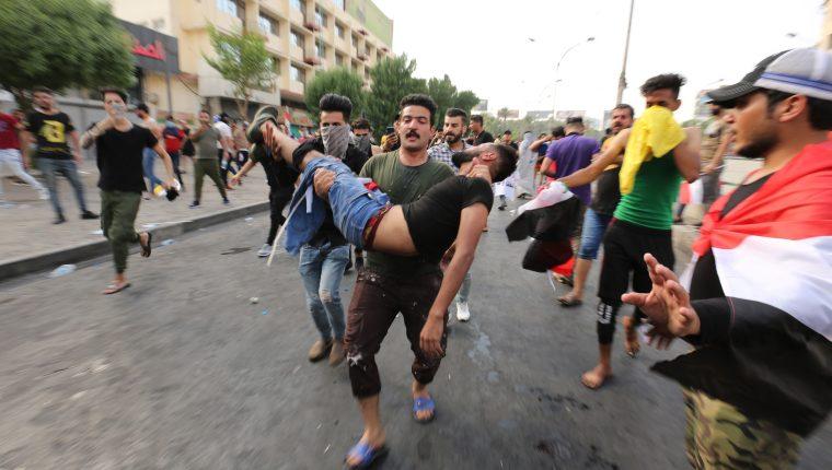 Desde hace varios días, miles de iraquíes protestan por el desempleo, el aumento del costo de vida y la falta de servicios en Bagdad. (Foto Prensa Libre: EFE)