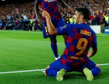 El delantero del FC Barcelona Luis Suárez celebra tras marcar el segundo gol ante el Inter de Milán. (Foto Prensa Libre: EFE)