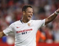 El delantero mexicano del Sevilla Chicharito celebra un gol durante el partido ante el Apoel. (Foto Prensa Libre: EFE)