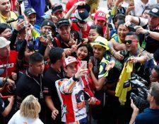 El piloto español Marc Márquez festeja orgulloso el campeonato que conquistó en Tailandia. (Foto Prensa Libre: EFE)