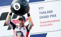 -FOTODELDIA- CCM9740. BURIRAM (TAILANDIA), 06/10/2019.- El piloto español de MotoGP Marc Márquez, de Repsol Honda, celebra en el podio tras ganar el Gran Premio de Tailandia de motociclismo en el circuito internacional Chang, en la provincia de Buriram (Tailandia) este domingo. El español ha conseguido su sexto título mundial de MotoGP y ya ¡van ocho! en su corta pero prolífica trayectoria deportiva, que continúa plagada de éxitos. EFE/ Rungroj Yongrit