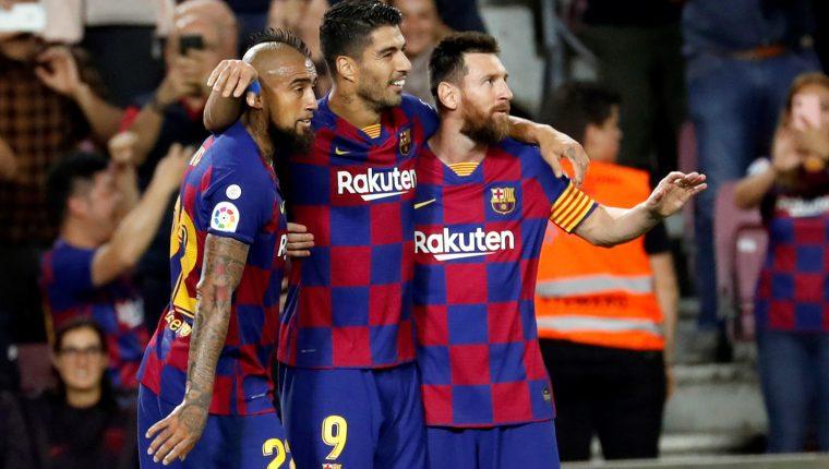Arturo Vidal, Luis Suárez y Lionel Messi, celebran el triunfo del Barcelona. (Foto Prensa Libre: EFE)