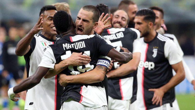 Los futbolistas festejan el triunfo frente al Inter de Milán. (Foto Prensa Libre: EFE)