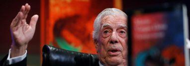 """El Premio Nobel de Literatura, Mario Vargas Llosa, durante la presentación este martes de su nueva novela, """"Tiempos recios"""". (Foto Prensa Libre: EFE)"""