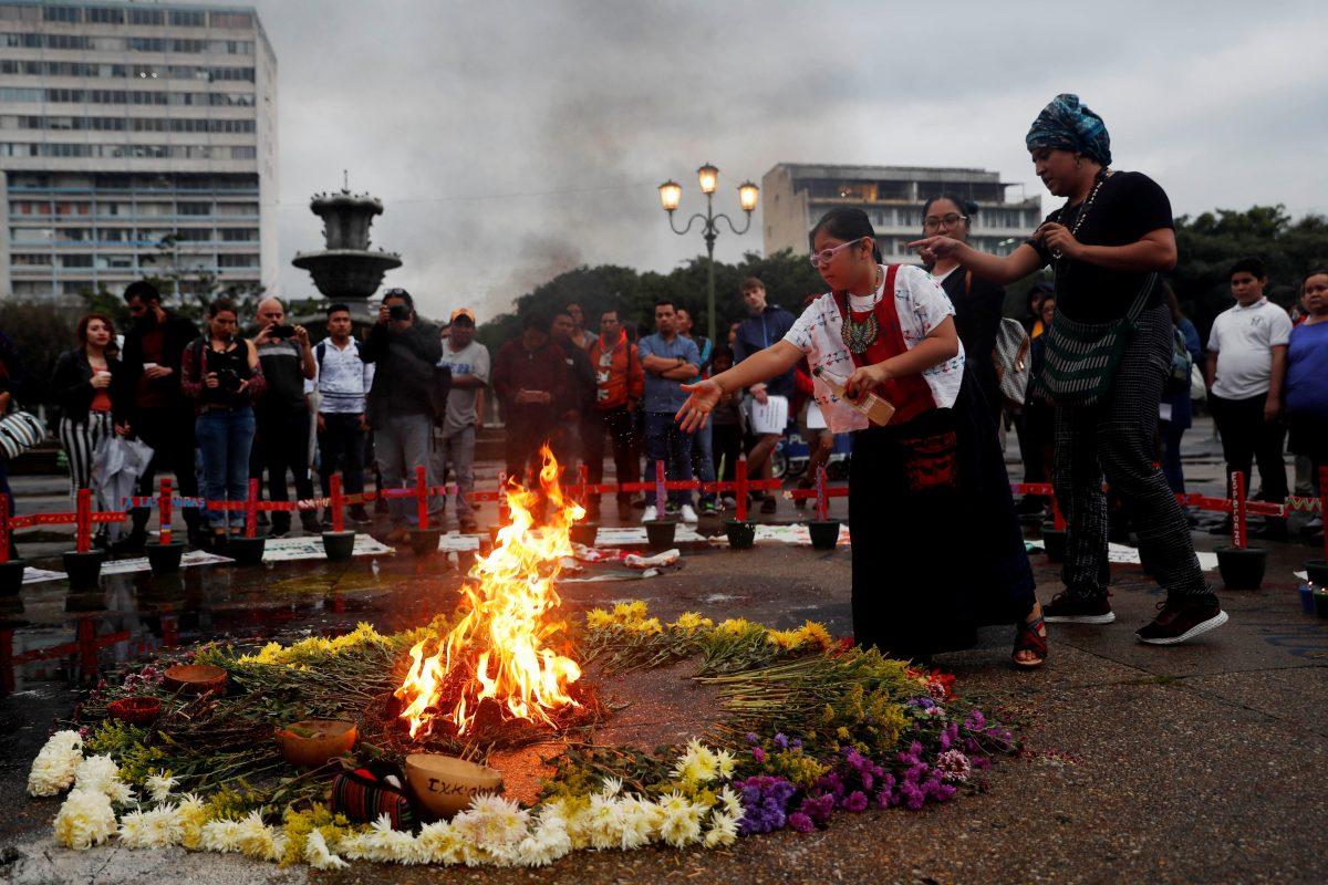 """""""La plaza no es un cementerio"""", ministro advierte que quitará las cruces de las niñas del Hogar Seguro"""