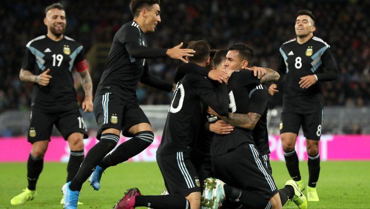 Los jugadores argentinos celebran eufóricamente el empate frente a Alemania. (Foto Prensa Libre: EFE)
