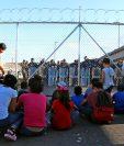 Niños migrantes centroamericanos permanecen a las afueras de la estación fronteriza de Puente Nuevo en el estado de Tamaulipas (México). (Foto Prensa Libre EFE)