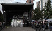 AME7964. BOGOTÁ (COLOMBIA), 10/10/2019.- Policías se protegen con sus escudos en una estación de Transmilenio durante las manifestaciones este jueves en las inmediaciones de la Plaza Bolívar, en Bogotá (Colombia). Miles de estudiantes colombianos, tanto de universidades públicas como privadas, recorren las calles de las principales ciudades del país en rechazó a la corrupción educativa y demandando que el Gobierno cumpla los acuerdos suscritos el año pasado por 4,5 billones de pesos (unos 1.300 millones de dólares). EFE/ JUAN ZARAMA