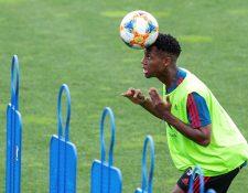 El jugador Ansu Fati, durante un entrenamiento con la selección española Sub 21, en la Ciudad del Fútbol de Las Rozas, en Madrid.  (Foto Prensa Libre: EFE)
