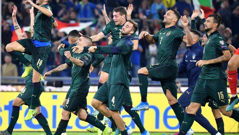 Así celebraron los italianos al final del partido. (Foto Prensa Libre: EFE)