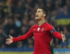 Cristiano Ronaldo celebra después de anotar su gol número 700. (Foto Prensa Libre: EFE)