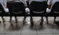 """AME9724. SAN SALVADOR (EL SALVADOR), 14/10/2019.- Miembros de la Mara Salvatrucha (MS13) son vistos en la sala de audiencias este lunes luego de la suspensión de un juicio que involucra a 426 pandilleros de esa estructura criminal en San Salvador (El Salvador). Una corte antimafia de El Salvador suspendió el juicio por problemas de salud de un testigo clave de la Fiscalía conocido como """"Noé"""". La declaraciones de """"Noé"""" durante este juicio ha dejado al descubierto los supuestos pactos entre los partidos políticos y las pandillas en El Salvador. EFE/ Rodrigo Sura"""