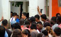 MEX5832. TAPACHULA (MÉXICO), 16/10/2019.- Migrantes provenientes de distintos países esperan para acceder a una estación migratoria y gestionar los documentos que les permita transitar por México, este miércoles en Tapachula (México). Cuando se cumple un año de la llegada a México de las primeras caravanas de migrantes centroamericanos con el objetivo de alcanzar Estados Unidos, el país latinoamericano ha endurecido su política migratoria mientras miles de personas mantienen su sueño americano. Fue el 19 de octubre de 2018 cuando cerca de 3.000 personas, en su mayoría hondureños que habían partido de su país una semana antes, rompieron un cordón policial en la frontera entre México y Guatemala para acceder a territorio mexicano dando inicio a una crisis migratoria que dura hasta hoy. EFE/ Juan Manuel Blanco