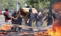 Manifestantes queman objetos durante una protesta contra el incremento del precio en los billetes del metro. (Foto Prensa Libre. AFP)