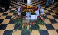 """GU7002. CIUDAD DE GUATEMALA (GUATEMALA), 20/10/2019.- Fotografía de un altar con la imagen de líderes políticos asesinados, este domingo durante una marcha para conmemorar el 75 aniversario de la Revolución de 1944, en Ciudad de Guatemala (Guatemala). Cientos de guatemaltecos conmemoraron este domingo el 75 aniversario de la Revolución de 1944, recordada como la """"primera democrática"""" con una marcha reivindicativa en la que exigieron mejoras a sus derechos. EFE/ Dafne Pérez"""