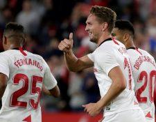 El delantero holandés del Sevilla, Luuk de Jong (c), celebra el primer gol  durante el encuentro contra el Levante en el estadio Sánchez Pizjuán. (Foto Prensa Libre: EFE)