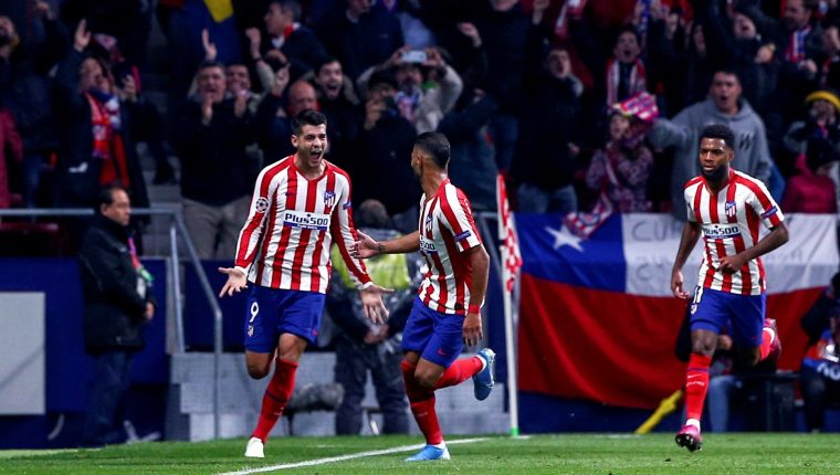El delantero español del Atlético de Madrid Álvaro Morata (i) celebra su gol ante el Bayer Leverkusen correspondiente al grupo D de la Liga de Campeones que se disputa este martes en el estadio Wanda Metropolitano de Madrid. (Foto Prensa Libre:  EFE/ Rodrigo Jiménez).