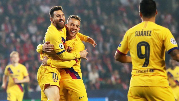 Lionel Messi celebra después de haber anotado en el triunfo del Barcelona contra el Slavia Praga. (Foto Prensa Libre: EFE).