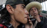 Un grupo de simpatizantes del consumo de marihuana protesta en las afueras de la Cámara de Senadores de México. (Foto Prensa Libre: EFE)