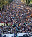 Miles de personas se concentran en la calle Marina de Barcelona para participar en la manifestación convocada por la ANC, Òmnium Cultural y otras entidades (Foto Prensa Libre: AFP)